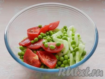 Добавить помидоры и зелень.