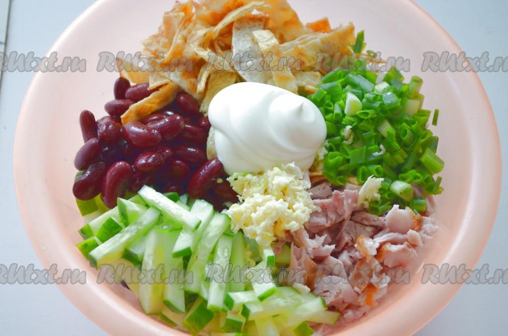Салат с копченой курицей и фасолью и сухариками рецепт пошагово