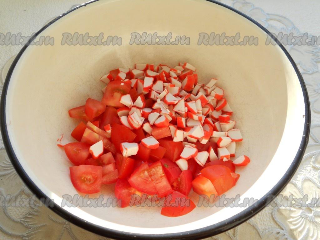 Салат помидоры сыр и крабовые палочки
