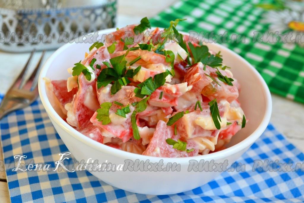 Как сделать салат с помидорами и крабовыми палочками