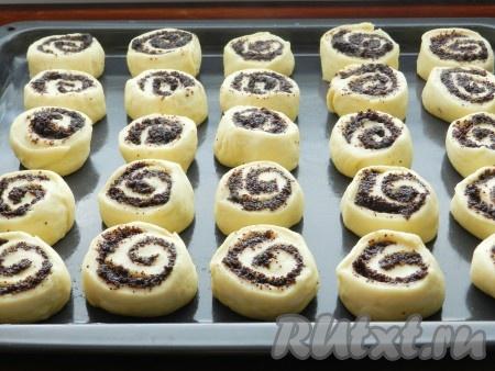 Получившиеся булочки выложить на смазанный маслом противень. Взбить яйцо и смазать все булочки с помощью кулинарной кисти.