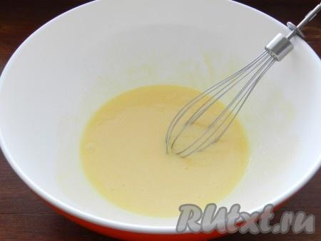 1 яйцо взбить с сахаром, солью, ванильным сахаром и растопленным сливочным маслом.