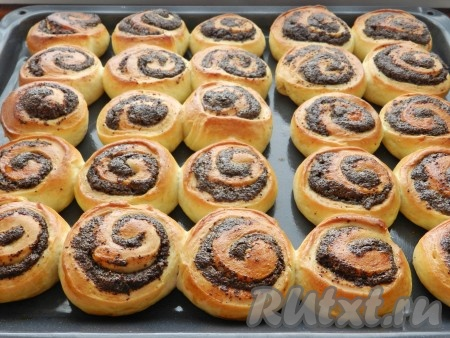 Оставить противень с булочками в теплом месте на 20-30 минут для подхода. Затем поставить в разогретую до 190 градусов духовку и запекать в течение 20-25 минут. Переложить готовые сдобные булочки с маком на решетку для остывания.