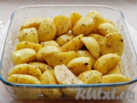 Смешать картофель с маслом и специями, чтобы все кусочки были равномерно покрыты. Выложить в форму для выпечки.
