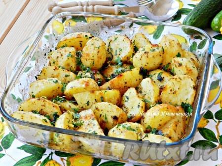Готовый картофель достать из духовки, накрыть снова фольгой и дать постоять 10-15 минут до подачи на стол. Затем фольгу снять, посыпать картофель рубленной зеленью, лимонной цедрой и подавать. Вкусный и ароматный картофель по-гречески готов.