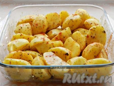 Сверху еще присыпать сладкой паприкой. Накрыть форму фольгой и поставить в нагретую до 200 градусов духовку на 30 минут. Затем фольгу снять и запечь картофель до готовности в течение еще 20-25 минут (или до мягкости, в зависимости от сорта картофеля).