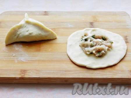 Каждый кусочек руками или скалкой раскатать в круг, выложить начинку и слепить треугольный пирожок. Можно придать пирожкам другую форму, если хотите.