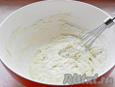 В кефир всыпать соль и соду, влить растительное масло и перемешать. Постепенно добавляя муку, заместить тесто.