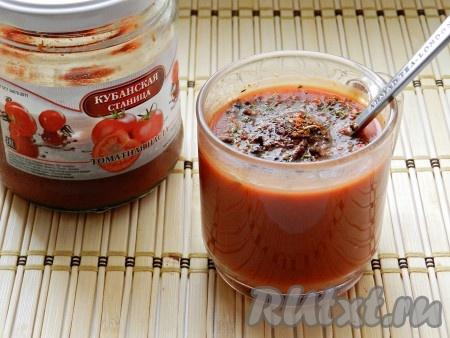 Вторым стаканом воды развести томатную пасту, добавить специи.