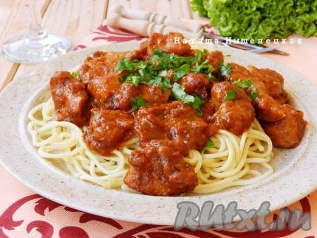 Свинина, приготовленная с томатной пастой, получается очень вкусной и ароматной.