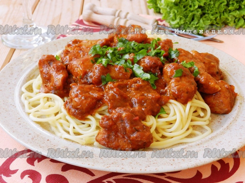 Тушеная свинина в густом соусе с макаронами: простой рецепт изоражения