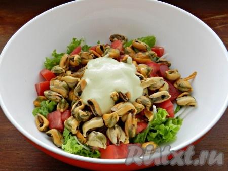 Заправить салат с маринованными мидиями, перемешать.