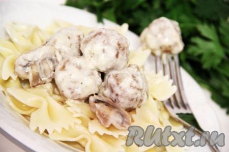 Дать фрикаделькам немного настояться в соусе, а затем подать с любым гарниром. Нежные, сочные и ароматные фрикадельки в грибном соусе готовы.