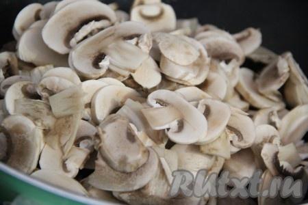 Шампиньоны вымыть и нарезать тонкими пластинками. Добавить грибы к фрикаделькам и перемешать.