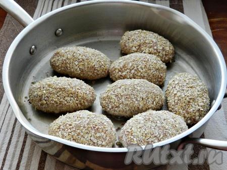 В сковороде разогреть растительное масло и выложить котлеты.