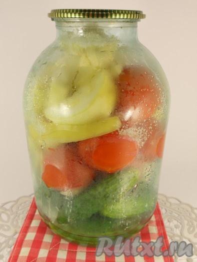 Залить банки с овощами кипятком, накрыть крышками и оставить на 30 минут. После этого воду слить в кастрюлю, довести до кипения и снова залить овощи. Оставить еще на 20 минут. Затем воду снова слить в кастрюлю. Добавить лавровый лист и перец душистый горошком. Довести до кипения и кипятить 3-4 минуты. В банки с овощами всыпать соль (по 1,5 столовой ложке), сахар (по 0,5 стакана) и влить уксус (по 0,5 стакана).