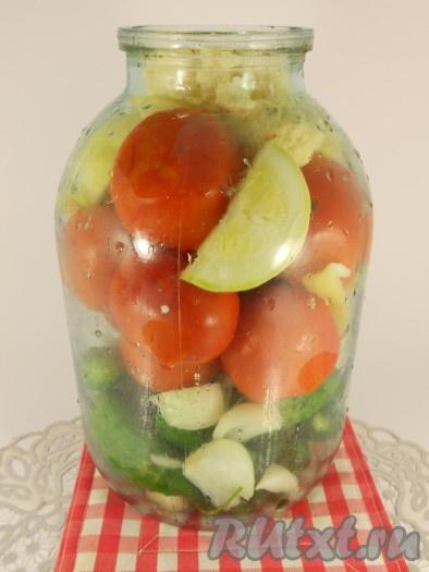 Далее выкладывайте остальные овощи в любом, удобном для вас, порядке до верха банки. Кабачки и перец следует нарезать, а цветную капусту разобрать на соцветия. Помидоры вкладывать в банку целиком (желательно использовать небольшие).