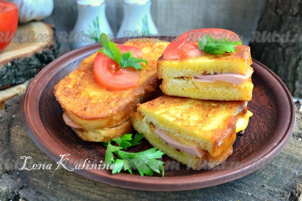 горячие бутерброды с колбасой и сыром яйцом на сковороде