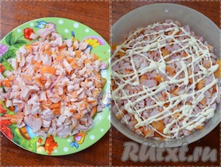 Копченую курицу нарезать мелкими кубиками, выложить на яйца.Сделать сеточку из майонеза.