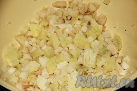 Картофель, морковь, свеклу, корень сельдерея отвариваем до готовности и очищаем от кожуры. Сельдерей и картофель нарезаем кубиками, как на фото.