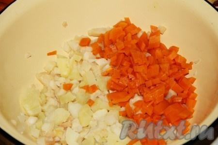 Морковь мелко нарезаем.