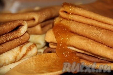 Готовые блины на молоке можно подавать с медом, вареньем или любыми начинками на ваш вкус.