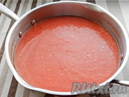 Влить томатное пюре, добавить соль и сахар, перемешать, довести до кипения и варить на среднем огне, периодически помешивая. Соус должен кипеть, но не бурлить.