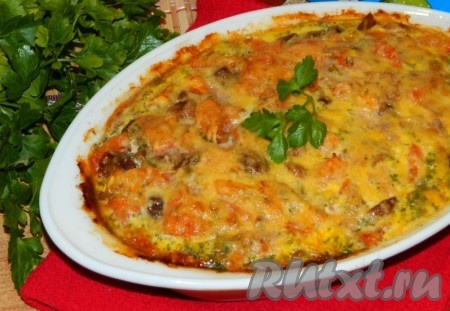Вкусную, аппетитную запеканку, приготовленную из риса, фарша, грибов и помидоров, сразу же подать к столу.