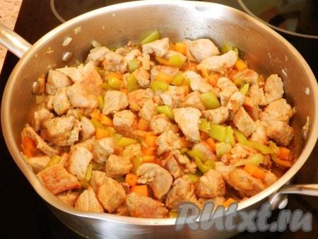 Затем влить немного горячей воды (чтобы она доходила примерно до половины содержимого), уменьшить огонь и тушить свинину с овощами под крышкой 25-30 минут.{amp}#xA;