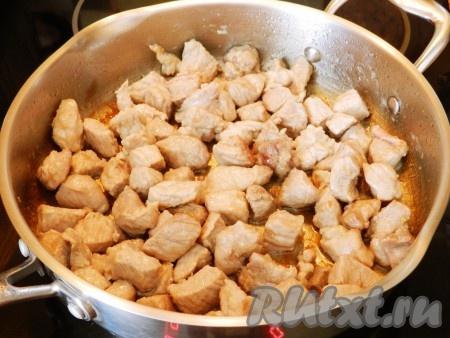 Мясо обжарить на разогретом растительном масле до золотистой корочки.