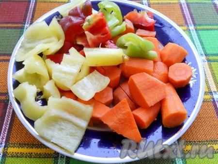 Также нарезать очищенные сладкий болгарский перец и морковь.