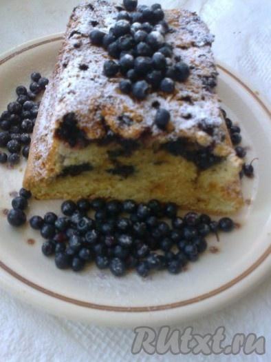 Готовые кексы оставить в выключенной духовке с приоткрытой дверцей до остывания. Вынуть кекс из формы и посыпать сахарной пудрой.
