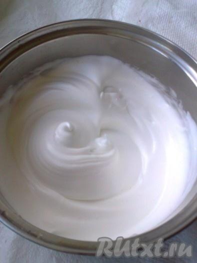 Сначала надо отделить желтки от белков. Затем взбить белки с помощью миксера до плотных пиков и отложить их пока в сторону. Я взбивала охлажденные белки в сухой чистой охлажденной посуде с щепоткой соли.