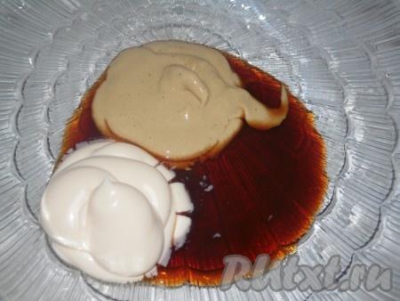 Для приготовления соуса смешать майонез, соевый соус и горчицу (соль добавлять не надо), масса должно получиться однородной.