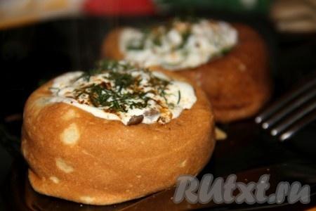 Блины запекаем в духовке 5-10 минут при температуре 180 градусов. Для любителей сырной корочки, можно перед отправкой блинчиков в духовку украсить их тертым сыром. Вот какие оригинальные блинчики с начинкой из грибов получаются по этому рецепту!