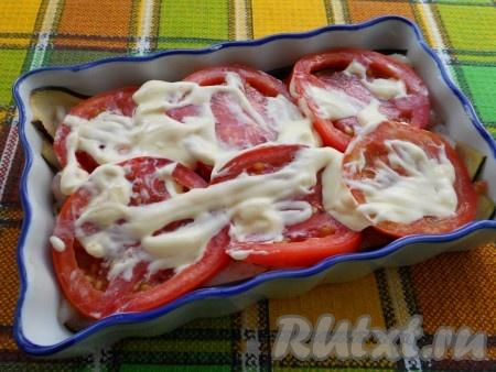На филе выложить измельченный чеснок. Следующим слоем выкладывать кружочки помидоров, смазанных майонезом (можно смазать майонезом, смешанным с горчицей).