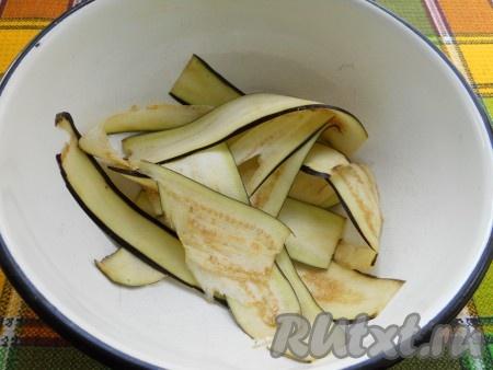 Баклажан помыть, удалить хвостик. Нарезать тонкими слайсами с помощью овощечистки или просто нарезать тонкими пластинами. Посолить немного и оставить минут на 20, затем слить выделившуюся жидкость.