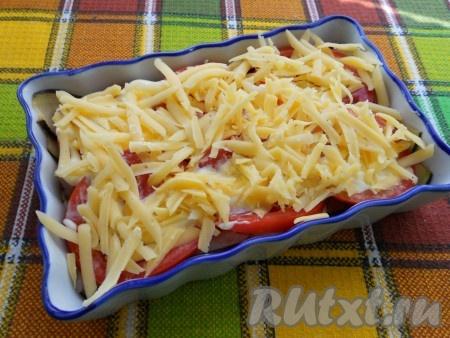 Посыпать сыром, натёртым на крупной терке.
