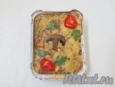 Через час формы вынимаем, посыпаем сыром запеканки из фарша и капусты, украшаем дольками грибов, дольками помидоров и отправляем в духовку ещё на 3 минуты.