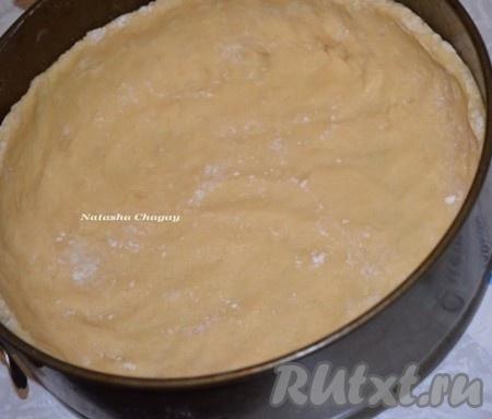 В форму диаметром 20 см выложить песочное тесто, формируя бортики высотой примерно 3,5 см.
