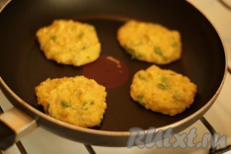 Обжарить оладьи на сухой сковородке с двух сторон по 2-3 минуты с каждой.