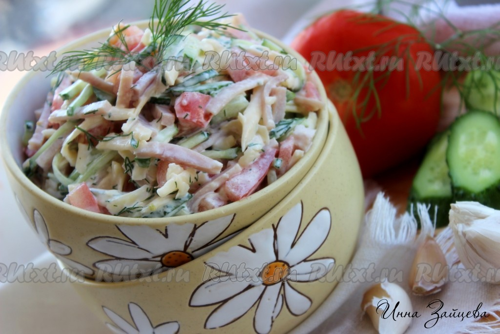 рецепт салата из помидоров, колбасы и сыра