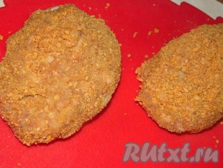 Обвалять котлеты из индейки в панировочных сухарях и обжарить с двух сторон на растительном масле до румянца.