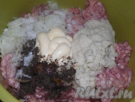 Мякиш булки вымочить в воде (в молоке), отжать от лишней жидкости и добавить к фаршу вместе с майонезом, солью и чёрным перцем. Хорошенько перемешать.
