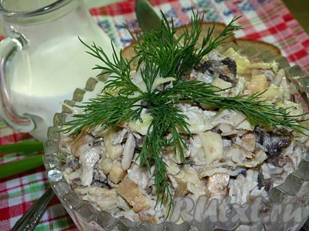 Перемешать,выложить в салатницу,украсить по желанию зеленью и подавать к столу вкусный, сытный салат с курицей, яичными блинчиками и грибами.
