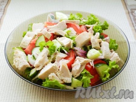Куриное филе нарезать крупно и выложить к овощам.