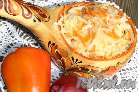 """Через сутки аппетитную, хрустящую маринованную капусту """"Провансаль"""" можно подать к столу. По желанию перед подачей можно посыпать нарезанной зеленью или зелёным луком."""
