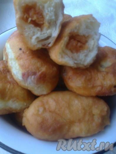 Вкусные, воздушные, с хрустящей корочкой жареные пирожки с яблоками готовы!