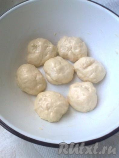 Рабочую поверхность и руки хорошо смазать растительным маслом, подошедшее тесто  разделить на одинаковые шарики.