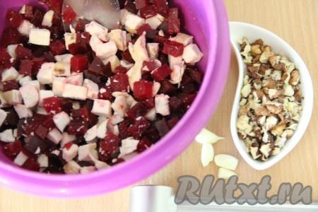 Очищенный чеснок пропустить через пресс. Орехи порубить ножом, но не очень мелко. Соединить нарезанную свеклу, куриное мясо, чеснок, орехи, посолить.